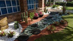 Cómo crear un jardín delantero de mantenimiento contemporánea y baja